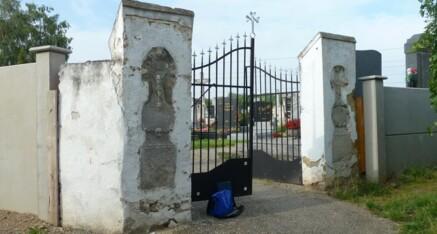 Vorher: Friedhofseingang Glaubendorf
